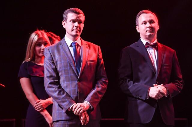 Dyrektor COS Mariusz Kałużny i były minister sportu Witold Bańka podczas gali podsumowującej pięćdziesięciolecie Centralnego Ośrodka Sportu