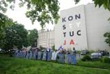 """KOD manifestował w Poznaniu. Powiedzieli prezydentowi Andrzejowi Dudzie: """"WyPADzPałacu!"""""""