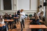 """Wyniki próbnych matur w Toruniu 2021. Nauczyciele załamani: """"Tak prostej matury i tak złych wyników nie pamiętam!"""""""