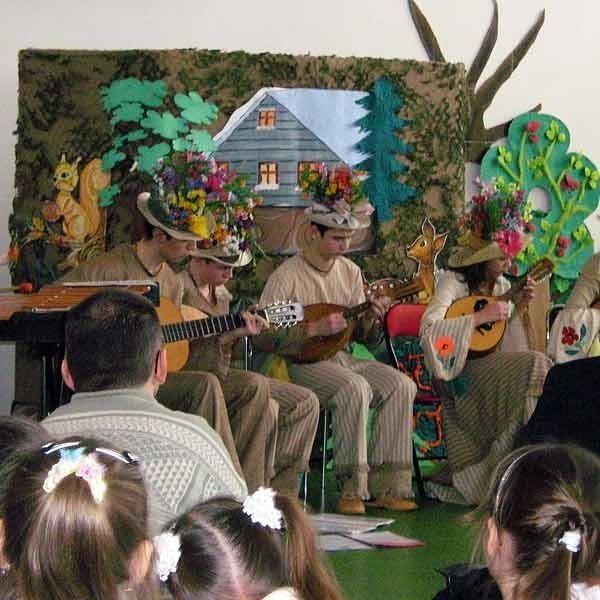 Z okazji przekazania książek zespół mandolonistów z Drohobycza dał koncert.
