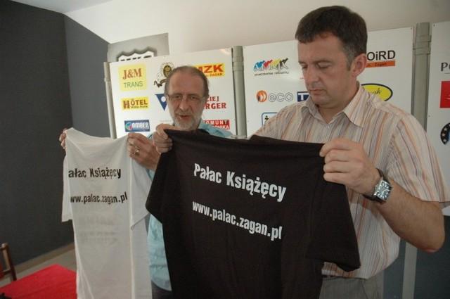 Dziś Tadeusz Berger (z lewej) i Andrzej Pilimon zaprezentowali koszulki treningowe z nową nazwą żagańskiego klubu i nazwą sponsora