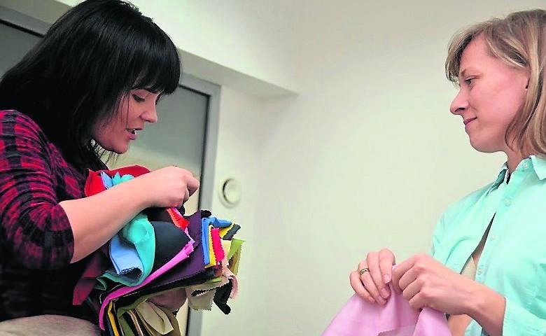 Angelina Felchner (po lewej) w trakcie warsztatu dla kobiet o kodzie ubioru i kolorystyki