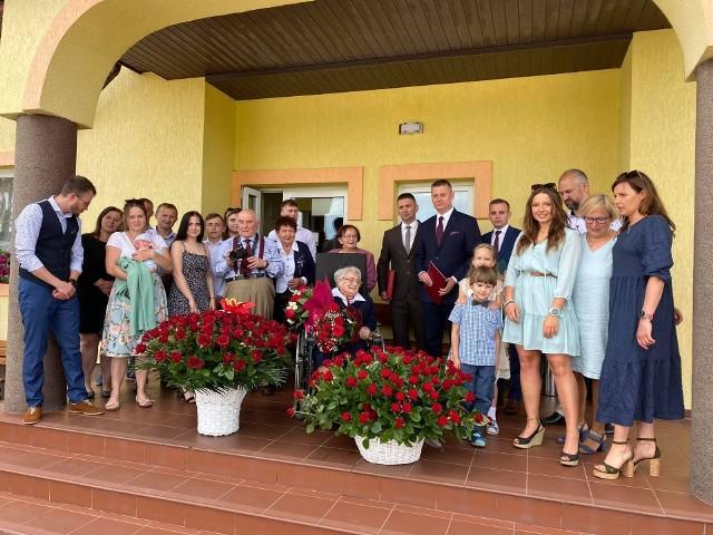 Bronisława Gniadek 100 urodziny świętowała z rodziną, gośćmi jej imprezy urodzinowej byli też przedstawiciele władz i Mazowsza.