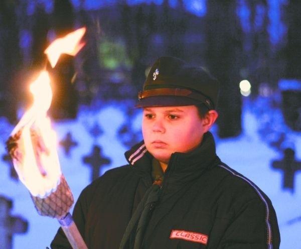 Harcerze z płonącymi pochodniami pełnili wartę pod pomnikiem Józefa Piłsudskiego.