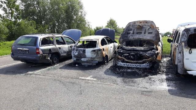 Aż siedem samochodów zostało zniszczonych w pożarze, do którego doszło w poniedziałek w nocy w Pruszczu Gd. i sąsiednim Juszkowie