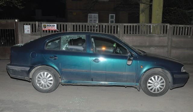 Policjanci zatrzymali 34-letniego mieszkańca Zgierza, który uszkodził skodę octavię należącą do obecnego przyjaciela jego byłej małżonki. Straty oszacowano na 1,3 tys. zł. Do zdarzenia doszło wieczorem 13 kwietnia w Zgierzu.
