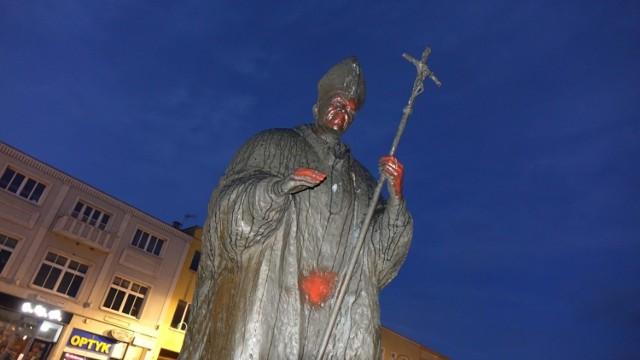 Pomnik został pomazany czerwoną farbą. Zobacz więcej zdjęć ---->
