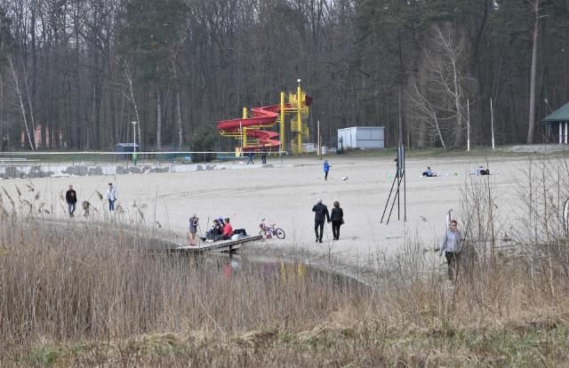 Choć Przyjezierze jeszcze do sezonu się nie sposobi, to zagląda tam coraz więcej osób spragnionych choćby krótkiego wypoczynku nad jeziorem Ostrowskim