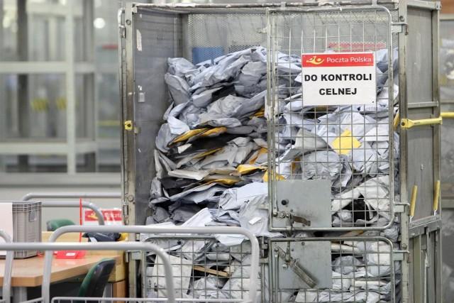 W związku z zawieszeniem operacji lotniczych przez linie lotnicze do Chin, PP zawiesza do odwołania przyjmowania przesyłek pocztowych przeznaczonych do tego kraju- czytamy.
