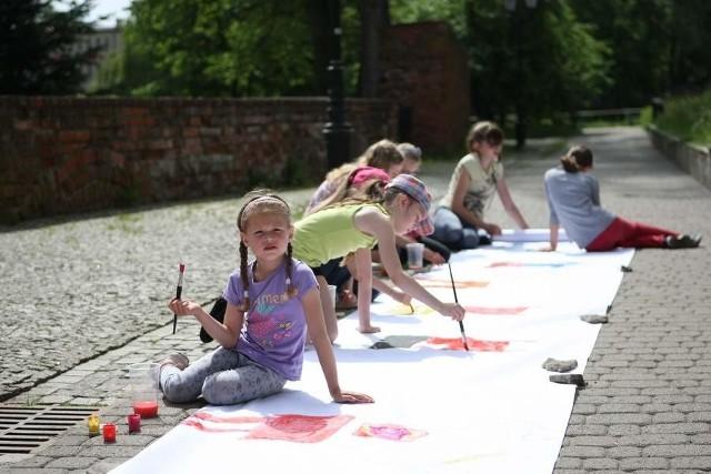 Od piątku trwają zabawy dla dzieci w wieku 5-10 lat pod Basztą Czarownic w Słupsku.