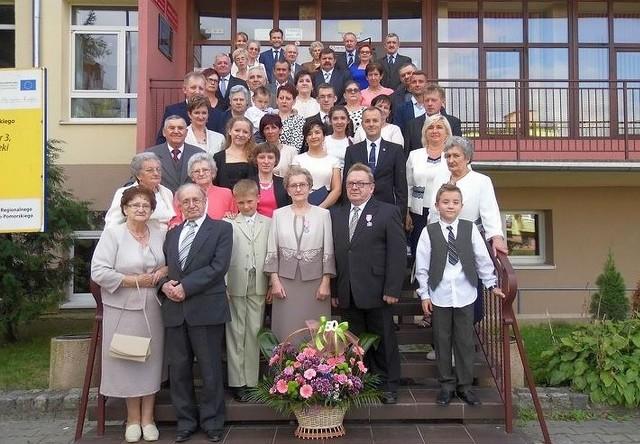 Medale z okazji 50-lecia ślubu z rąk burmistrza Waldemara Stupakowskiego odebrali Irena i Edmund Dobberowie. Na zdjęciu w otoczeniu najbliższej rodziny i bliskich