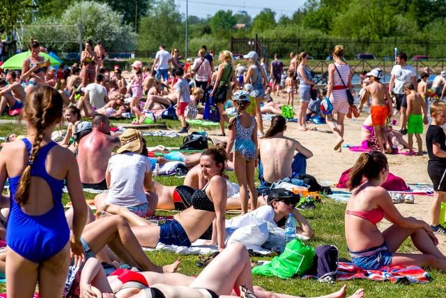 Setki plażowiczów wypoczywają nad zalewem korzystając z pięknej pogody. Wejście jest darmowe, bo oficjalnie sezon na Dojlidach rusza 1 czerwca.