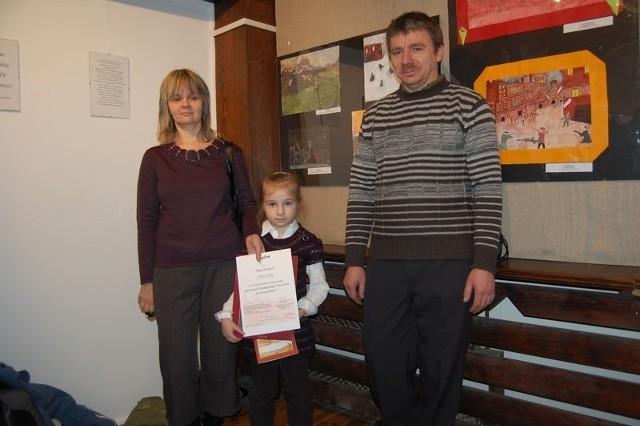 W muzeum wręczono nagrody laureatom konkursu plastycznego o powstaniu wielkopolskim. Trzecie miejsce w kategorii  SP zajęła 7-letnia Wiktoria Kawa z Rynarzewa (na zdjęciu z rodzicami).
