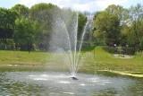 Mysłowice. Promenada to świetne miejsce do wypoczynku. Mieszkańcy bawią się na placu zabaw, odpoczywają przy fontannach