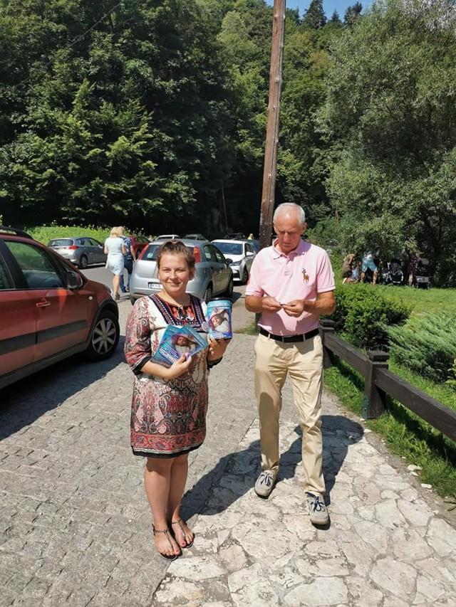 Wolontariusze ze Stowarzyszenia Przyjaciół Skały Podczas zbiórek datków dla Damianka Mosurka