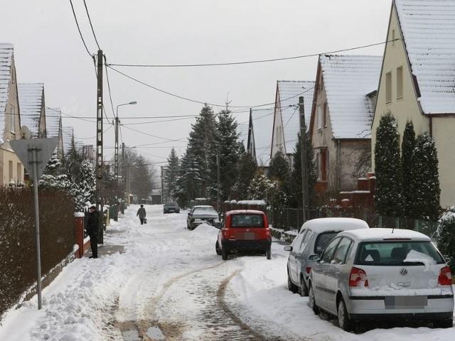 Czytelnik z ul. Wieniawskiego twierdzi, że znak zakazu postoju pomógłby w utrzymaniu zimowego porządku w jego okolicy.