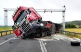 Wypadek w Chełmnie pod Pniewami: Przewrócił się samochód ciężarowy. Wysypały się owoce i warzywa. Droga 92 całkowicie zablokowana