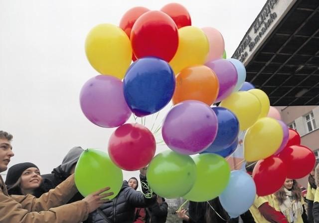 """Wypuszczone przez """"ozdrowieńców"""" balony z nazwami pokonanych już nowotworów uleciały bezpowrotnie, tak  jak choroba"""