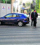 Ulica Brzeźna. Kierowca zaparkował na przejściu dla pieszych