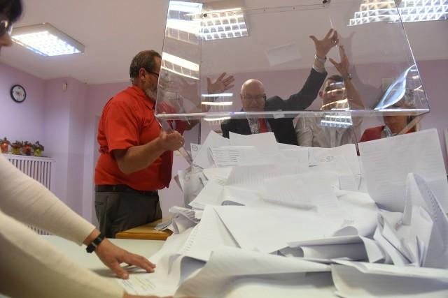"""""""Może nie lawinowo, ale następuje gwałtowny wzrost liczby osób, które wypisują się z komisji wyborczych, bo większość z nich zapisała się jeszcze przed epidemią"""" - mówi prezydent Łodzi Hanna Zdanowska. Łódź, gdyby wybory miały się odbyć w lokalach wyborczych 10 maja, potrzebuje około 3,5 tys. ludzi w obwodowych komisjach wyborczych. CZYTAJ DALEJ NA NASTĘPNYM SLAJDZIE"""