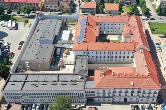 Solidne, austriackie mury wadowickiego więzienia, wybudowanego w drugiej połowie XIX wieku mają powstrzymać osadzonych przed próbami wydostania się na wolność