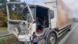 """Dramatyczny wypadek na obwodnicy Kielc, na """"siódemce"""" w Kostomłotach Pierwszych. Nie żyje kierowca ciężarówki potrącony przez ciężarówkę"""
