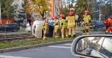Wypadek w Krakowie. Osobówka wylądowała na torowisku, problemy w ruchu tramwajów i aut