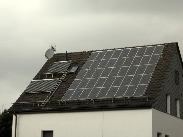 Kolektory słoneczne zamontowane na dachuKolektory słoneczne: rodzaje i charakterystyka