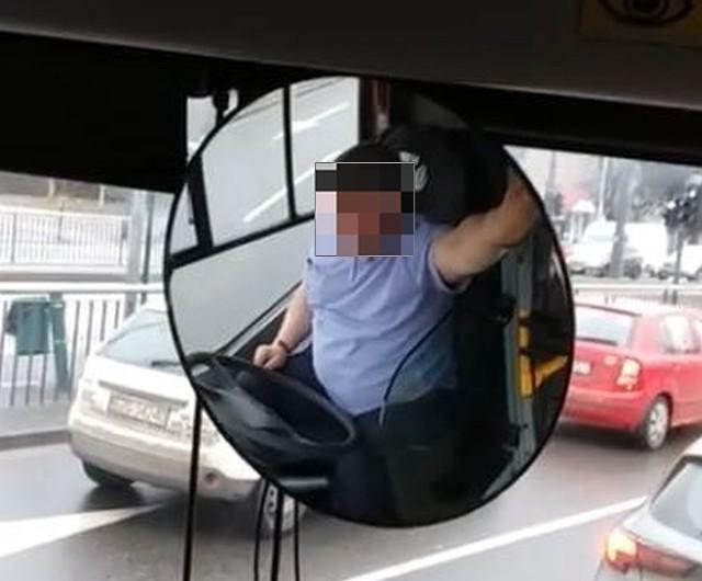 """Krewki kierowca """"siedemdziesiątki"""", który obraził pasażera podczas kursu na Bałuty, został ukarany. Jak poinformował Bartosz Stępień z MPK, pracownik otrzymał naganę. Natomiast do pasażera zostało wysłane oficjalne pismo z przeprosinami. Czytaj więcej na następnej stronie"""