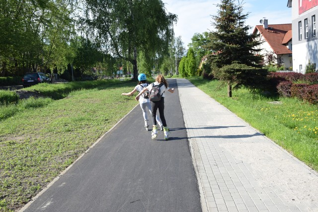 Na nowej części Jędrzychowa powstały kolejne ścieżki rowerowe. My spotkaliśmy na nich nie tylko rowerzystów, ale i miłośników jeżdżenia na rolkach i hulajnodze. Jednym słowem ścieżka chyba się mieszkańcom podoba! Długi weekend zachęcił wielu mieszkańców Zielonej Góry do wybrania się na rowerowe wycieczki. My postanowiliśmy więc sprawdzić, jak wyglądają te trasy dla rowerów, które w ostatnim czasie zostały oddane do użytku dla zielonogórzan. Jedną z tras, z której już chętnie korzystają mieszkańcy, jest nowa ścieżka rowerowa na Jędrzychowie. Do tej pory zielonogórzanie na dwóch kółkach mogli jechać wzdłuż ulicy Nowojędrzychowskiej. Teraz nowe fragmenty tras dla rowerów zostały zbudowane aż do sklepów, mieszczących się po środku tej dzielnicy. Tylko w jeden majowy dzień na ścieżce spotkaliśmy miłośników jazdy na rolkach, rowerzystów, mieszkańców ścigajacych się na hulajnogach. Scieżka była więc tu bardzo potrzebna. Radości z jej powstania nie kryje pani Krystyna, mieszkanka jednej z ulic na osiedlu Kwiatowym. - Jeżdżę tędy do pracy - mówi mieszkanka Jędrzychowa. - Wcześniej ścieżka urywała się w połowie osiedla i albo trzeba było jechać dalej ulicą, albo decydować się na jazdę po nierównym chodniku. Teraz niemal przez całą długość ulicy można przejechać ścieżką.Sami sprawdziliśmy, jak jeździ się na dwóch kółkach po tej trasie. Na razie nie można narzekać. Oby ścieżka rowerowa nie została szybko zniszczona. W końcu ma ona służyć nie tylko mieszkańcom, ale i turystom! Zobacz też wideo: Magazyn Informacyjny GL 27.04.2018POLECAMY PAŃSTWA UWADZE: