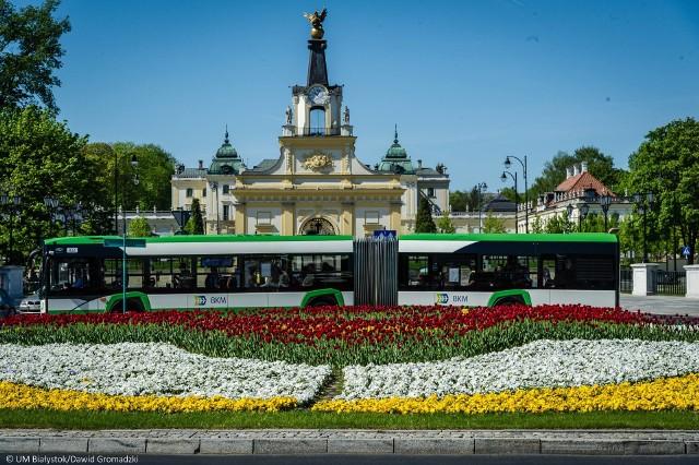 Transport miejski w Białymstoku będzie bardziej funkcjonalny i nowoczesny. Wszystko za sprawą dofinansowania z unijnego programu Polska Wschodnia na lata 2014-2020. Miasto otrzymało 105 mln złotych. Przewidziany jest zakup 20 niskoemisyjnych i niskopodłogowych autobusów oraz powstanie nowych wiat przystankowych - ok. 80 sztuk.