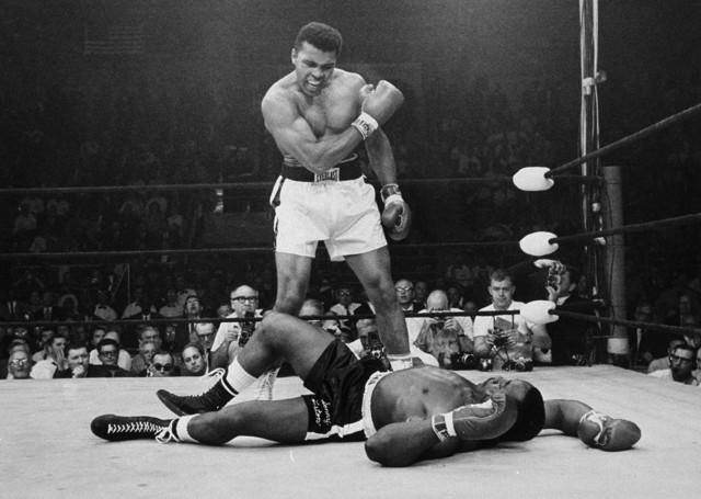 """Muhammad Ali nosił przydomek """"Największy"""" (ang. """"The Greatest""""). Jego słuszność potwierdza ranking branżowego serwisu BoxRec.com, który uznał go za najlepszego pięściarza wagi ciężkiej w historii. W czołowej dziesiątce nie zabrakło niespodzianek. Pominięto m.in. Mike'a Tysona. Zobacz, jak przedstawia się TOP 10 najwspanialszych bokserów królewskiej kategorii wagowej.Uruchom galerię klikając w ikonę """"następne zdjęcie"""", strzałką w prawo na klawiaturze lub gestem na ekranie smartfonu"""