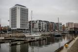Koparka uszkodziła rurę na ul. Stągiewnej w Gdańsku. 21.06.2021 r. Mieszkańcy ul. św. Barbary i ul. Szafarnia mają już wodę