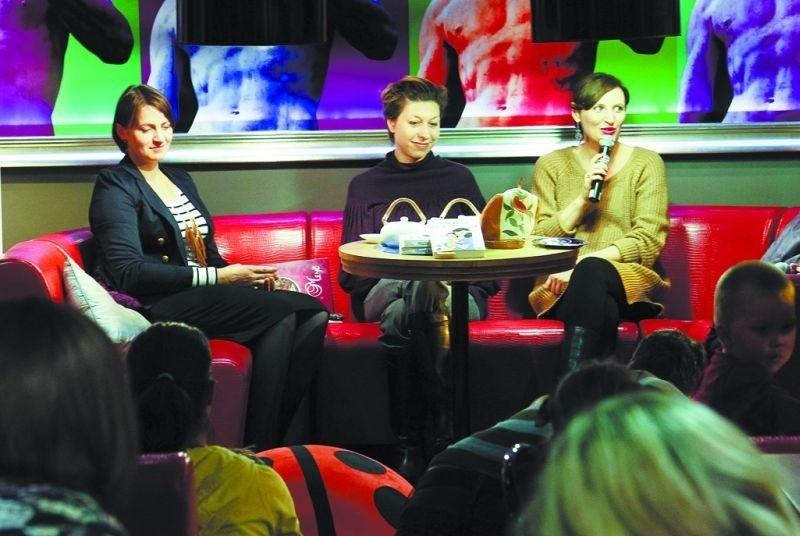 """Reni Jusis i Magda Targosz (od prawej) spotkały się w Białymstoku z rodzicami i opowiedziały o swojej książce """"Poradnik dla zielonych rodziców"""""""
