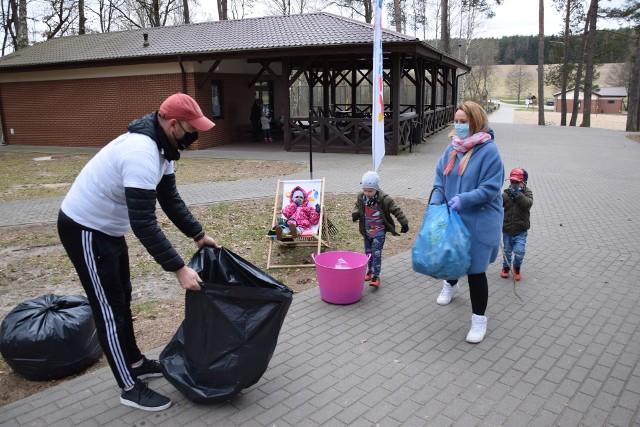Dzisiaj (16.04.2021 r.) odbyła się akcja sprzątania Miastka zainicjowana przez Ośrodek Sportu i Rekreacji w Miastku. Mieszkańcy zbierali śmieci w trzech miejscach: Zielony Ruczaj, jezioro Lednik, lasek słupski. Już po kilku minutach zapełniło się wiele worków. Pogoda nie była sprzyjająca (wiatr, chwilowo opady deszczu), a mimo to frekwencja dopisała.