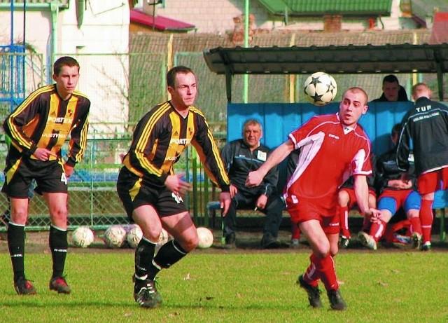 Pozyskany w zimowym okienku transferowym z Pogoni Łapy Michał Kochanowski (przy piłce) pięknym strzałem głową zapewnił Turowi zwycięstwo w pierwszym meczu rundy wiosennej III ligi.