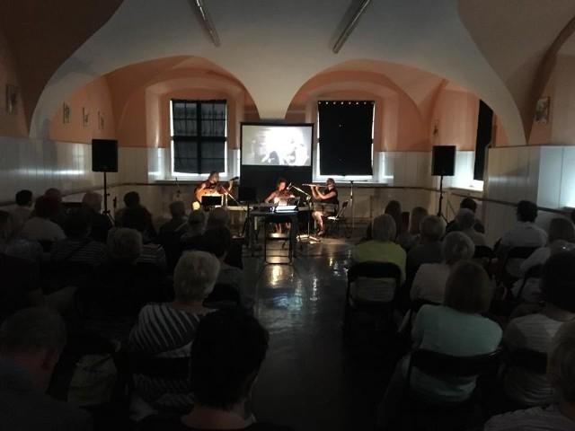"""Kolejne atrakcje """"Lata na Gołębiej"""" obejmują pokaz filmu z muzyką na żywo i historyczny spacer szlakami zarazy na przestrzeni wieków."""