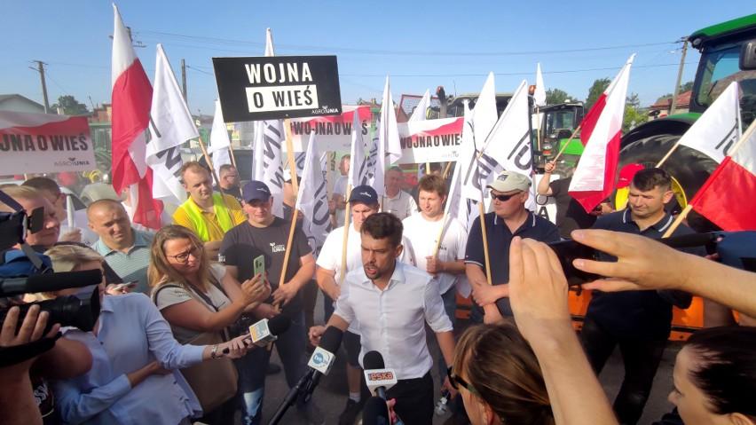 Protest rolników w Srocku pod Piotrkowem. Drogę blokuje 150...