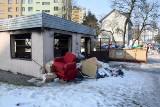 Altana śmietnikowa przy ulicy Grochowej w Kielcach w opłakanym stanie. Wokół leżą śmieci, nie ma pojemników. Czyja to wina? [ZDJĘCIA]