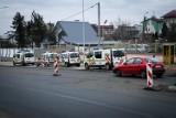 Jaroszówka. Bzura bronił parkingu własnym ciałem, wyniosła go policja i straż miejska (wideo)