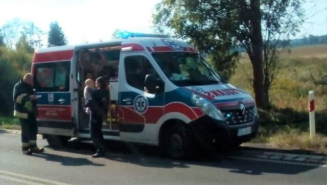 Policjanci udzielili poszkodowanym pierwszej pomocy, jednocześnie zapewniając im komfort psychiczny.