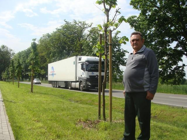 Jan Walaszek uważa, że posadzone drzewa będą w przyszłości dużym zagrożeniem dla wszystkich jeżdżących tędy kierowców