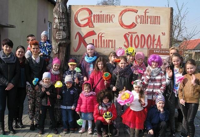 Uczestnicy imprezy z okazji pierwszego dnia wiosny w Gąsawie.