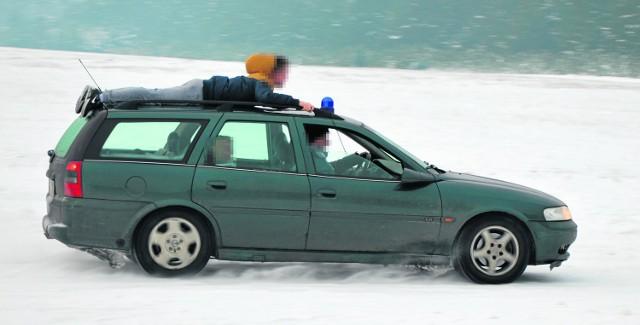 Taka przejażdżka to na pewno spore ryzyko, ale jak widać, niektórzy traktują ją jak zabawę