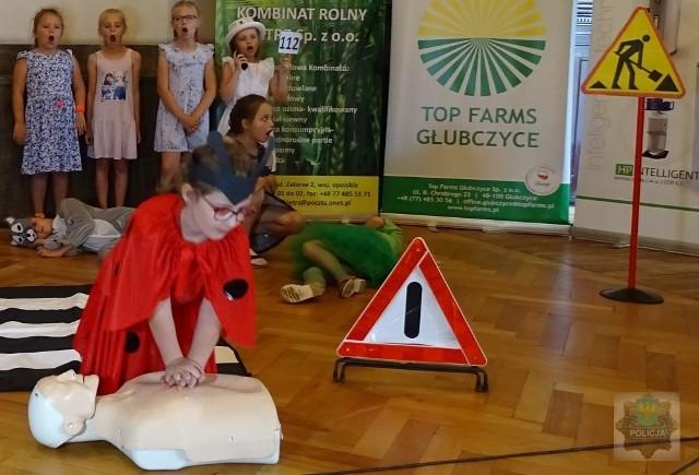 Podczas spotkań dzieci mogły dowiedzieć się, w jaki sposób prawidłowo przeprowadzić masaż serca i jakich informacji udzielić dzwoniąc na nr alarmowy 112.