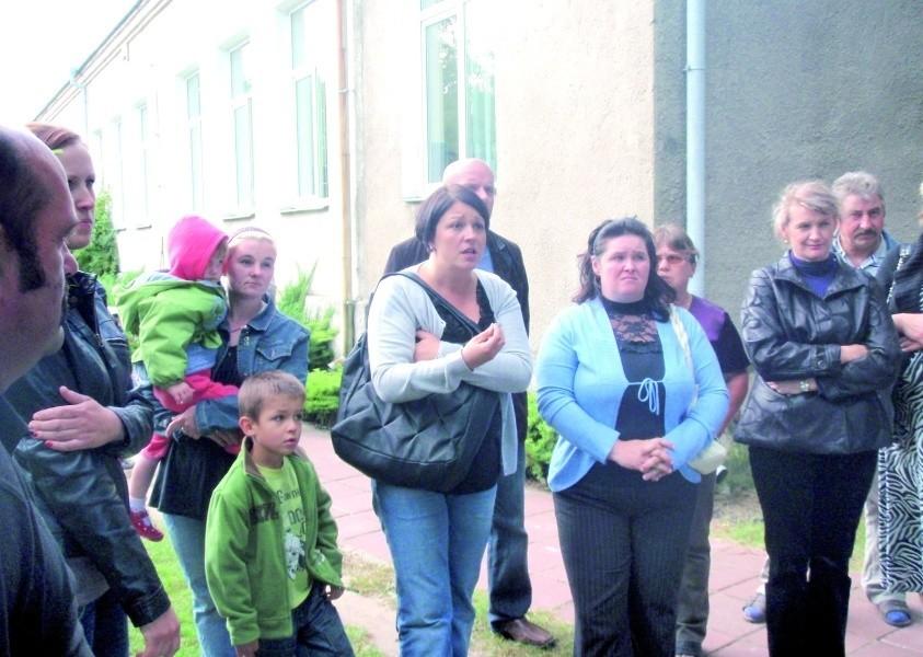 Zdesperowani rodzice żądają zdecydowanej reakcji władz gminy. Nie widzą możliwości porozumienia z obecną dyrektorką placówki. Piątkowe rozmowy obu stron zakończyły się fiaskiem.