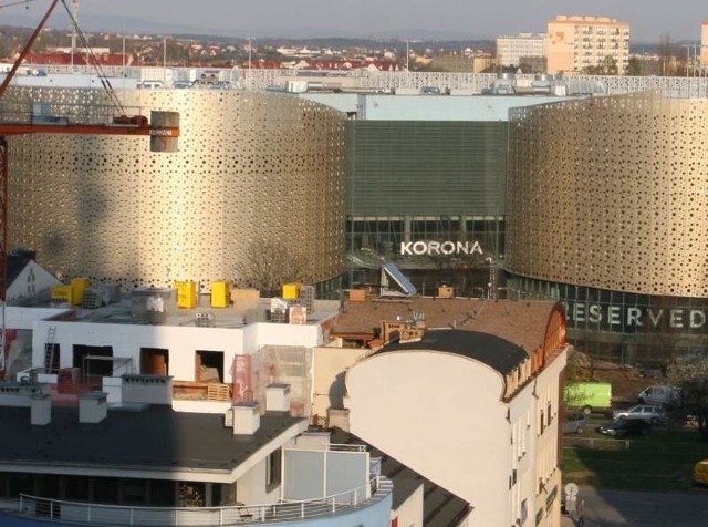 W poniedziałek, 23 kwietnia około godziny 18 zakończono montaż instalowania szyldu na Galerii Korona. Fot.Sławomir Stachura