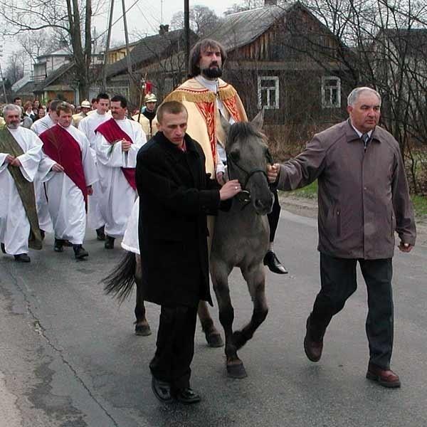 W okolicy osła nie ma. Ks. Wiesław Polewany musi dosiadać krnąbrnego konika polskiego.