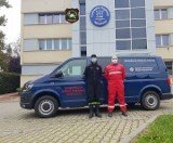 Strażacy z Rusocic dowożą wodę dla pogotowia, izolatorium oraz wspierają domy pomocy społecznej