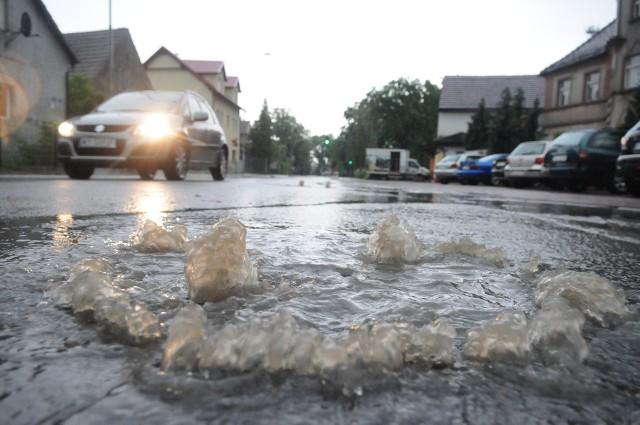 Gdy wody jest za dużo, na ulice wybijają studzienki kanalizacyjne. Nie są już w stanie odprowadzić wody